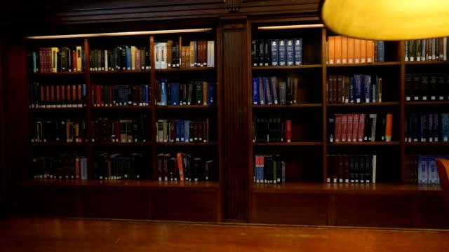 ニューヨーク中央図書館内 - 本棚点の映像素材/bロール