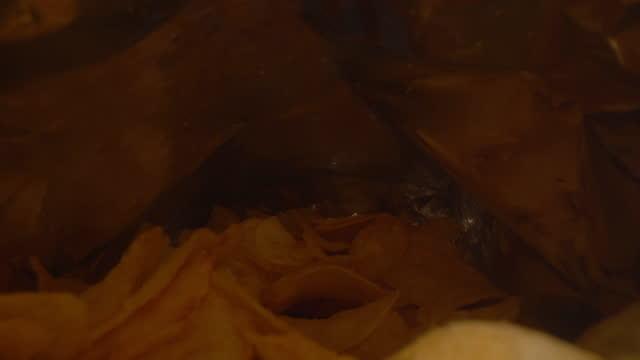 vídeos de stock, filmes e b-roll de dentro do saco de batatas fritas - pacote arranjo