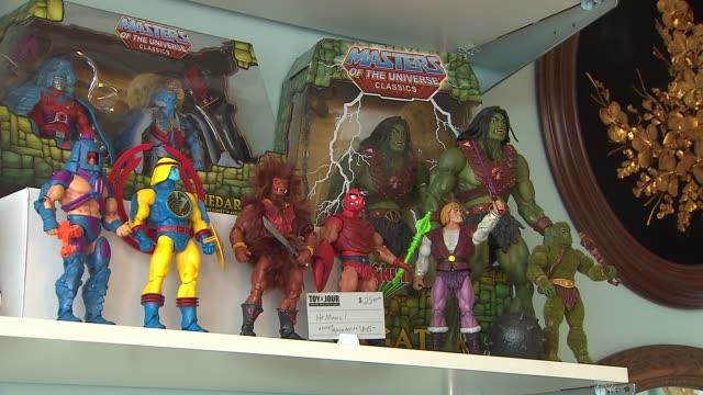 inside toy du jour toy store on march 12, 2014 in chicago, illinois. - negozio di giocattoli video stock e b–roll