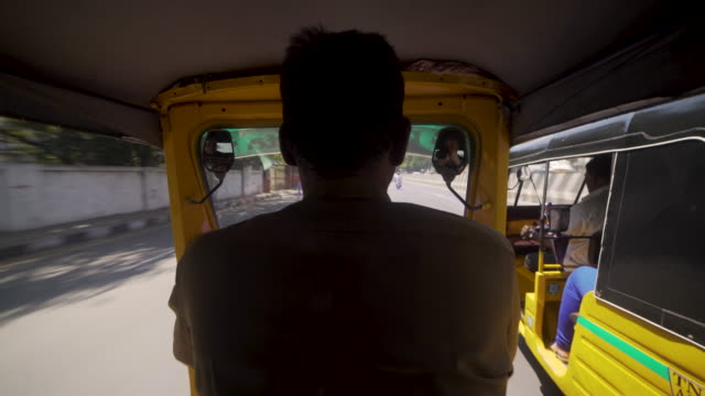 pov inside tuk tuk at india chennai - risciò video stock e b–roll