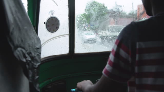 vidéos et rushes de pov inside tuk tuk at sri lanka during rain - pousse pousse