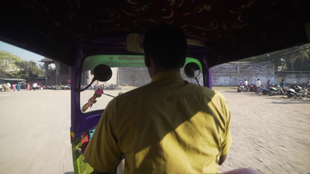 vídeos y material grabado en eventos de stock de pov inside tuk tuk entering at temple of india - etnia del subcontinente indio