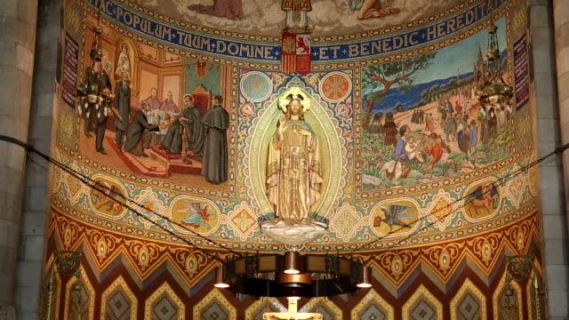 vídeos de stock e filmes b-roll de inside view of expiatory church of the sacred heart of jesus - repetição conceito