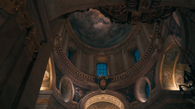inside view of st. stephen basilica in budapest during the evening with artificial lighting - cristianesimo video stock e b–roll