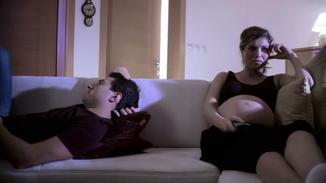 vídeos de stock, filmes e b-roll de hd: insônia na gravidez - batendo com a cabeça na parede