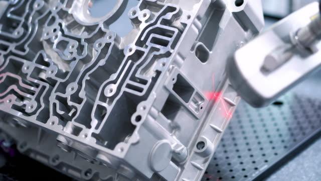 vídeos y material grabado en eventos de stock de dimensión de inspección pieza automotriz de aluminio por escaneo láser en la fábrica - ir marcha atrás