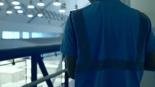 vidéos et rushes de inspections de vérification des fournitures dans l'entrepôt - débardeur