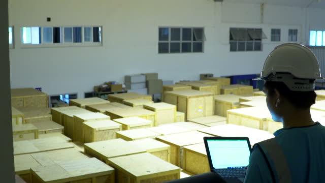 vidéos et rushes de inspections de contrôle des approvisionnements dans l'entrepôt - débardeur