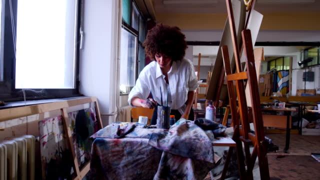 vídeos de stock, filmes e b-roll de inspirou o pintor de mulher trabalhando em uma imagem na oficina de arte - painter artist