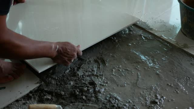 vídeos y material grabado en eventos de stock de instalar la teja nueva - marmolizado
