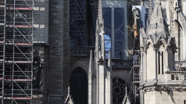 vidéos et rushes de installation of a wooden beam in the shape of an arch to support the buttressing arches of the nave of the notre dame de paris cathedral july 2 2019... - charpente