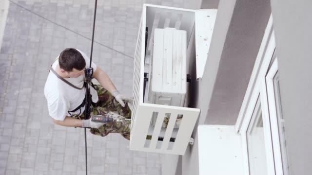 vidéos et rushes de installation des climatiseurs sur un bâtiment extérieur - climatiseur