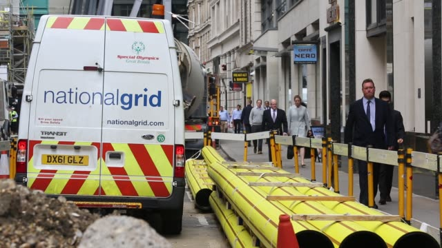 installing new gas mains pipes in the city of london united kingdom - digging stock videos & royalty-free footage