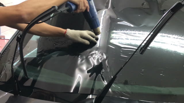 installs a tint film for the car glass