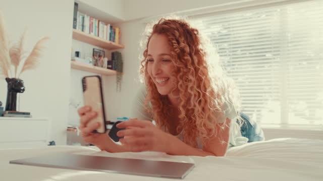 sofortige konnektivität für ein sofortiges lächeln - dating stock-videos und b-roll-filmmaterial
