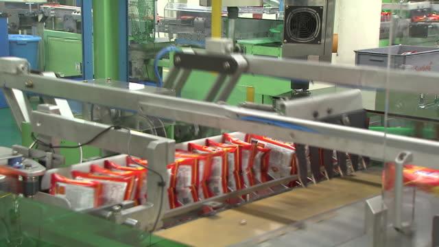 vidéos et rushes de instant noodle factory producing ramen - chaîne de production