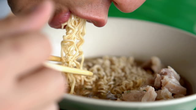vídeos de stock e filmes b-roll de slomo cu instant noodles being eaten - pauzinhos