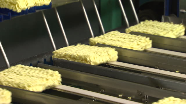 instant ramen noodles being produced at a manufacturing factory - 食品工場点の映像素材/bロール
