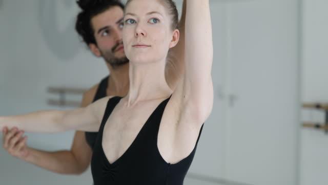 vídeos y material grabado en eventos de stock de instructor de ajuste brazo del bailarín de ballet clásico - ajustar