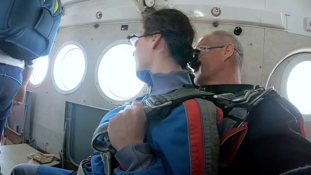 インストラクターと女性はジャンプの前に飛行機に座っています。 - アドレナリン点の映像素材/bロール