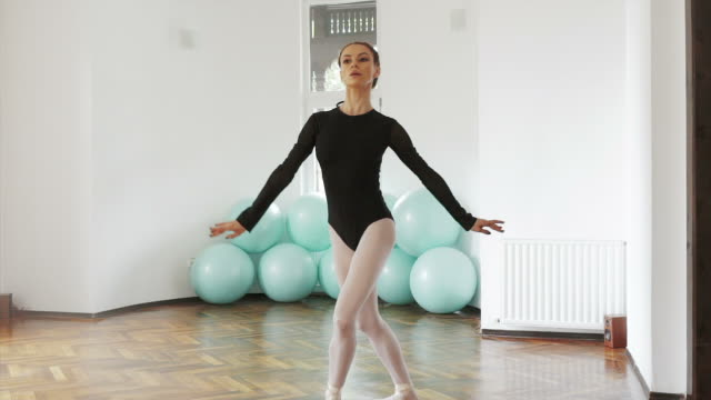 stockvideo's en b-roll-footage met instructeur ballerina slowmotion dansen. - dance studio