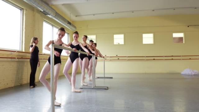 vídeos de stock, filmes e b-roll de instructor coaching ballerinas at the barre - coordenação