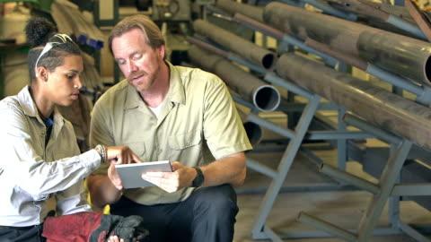 vídeos y material grabado en eventos de stock de instructor en escuela técnica con tableta digital - típico de la clase trabajadora