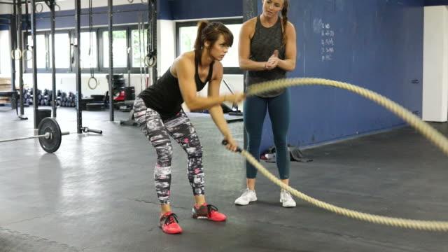 vídeos de stock, filmes e b-roll de instrutor, motivando o exercício feminino com cordas - instrutor de fitness