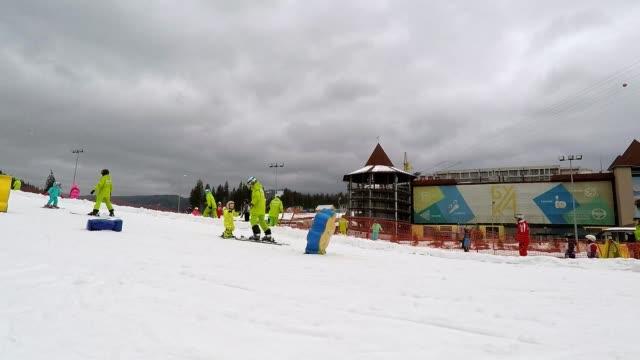 Eine Lehrer lehrt, einem kleines Mädchen wie Skifahren.