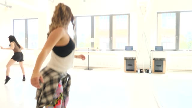 instructor teaching dance to students in class - shaking stock videos & royalty-free footage