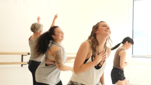 vídeos de stock, filmes e b-roll de instrutor que ensina estudantes fêmeas na classe da dança - etnia oriental