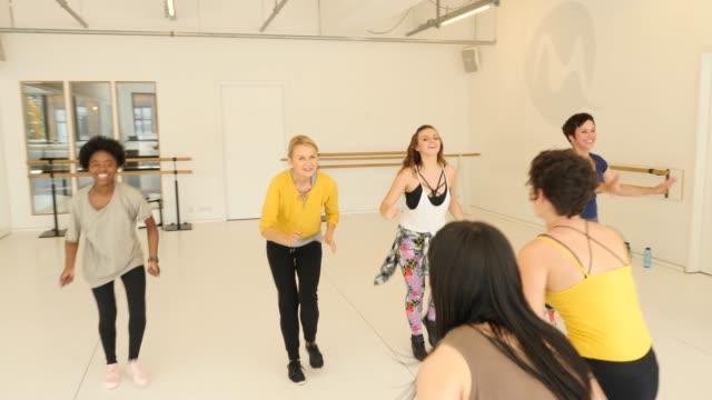 vídeos de stock, filmes e b-roll de instrutor que ensina estudantes fêmeas na classe da dança - entusiástico