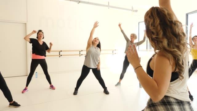ダンスクラスで生徒を指導するインストラクター - エクササイズクラス点の映像素材/bロール