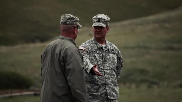 vidéos et rushes de instructors talking at firing range - armée