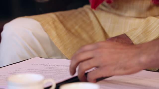 insurance advisor dealing with a farmer, delhi, india - unterschreiben stock-videos und b-roll-filmmaterial