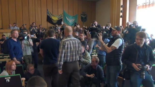 vídeos y material grabado en eventos de stock de insurgentes separatistas prorrusos en la ciudad ucraniana de slaviansk presentaron el domingo a los miembros de una mision de observadores militares... - viernes