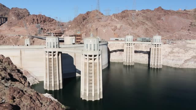 intake towers for the hoover dam hydro electric power station, lake mead, nevada, usa. the lake is at exceptionally low levels following the four year long drought. - hoover staudamm stock-videos und b-roll-filmmaterial