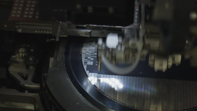 vídeos de stock, filmes e b-roll de cu integrated circuits being robotically removed from wafer / bang pa-in, ayutthaya, thailand - escrutínio