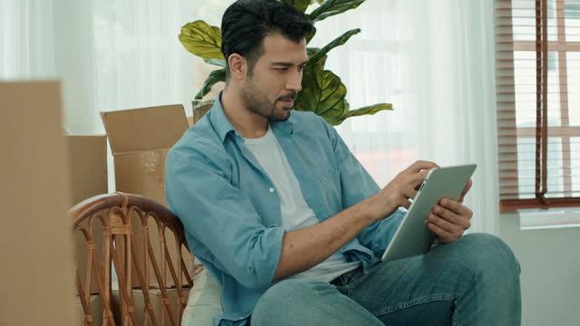 vídeos de stock e filmes b-roll de intend to look at the tablet. - olhar atentamente