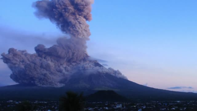 stockvideo's en b-roll-footage met intense lava fountains shoot like fireworks up to 700 metres into the air above mayon the philippines most active volcano as showering debris turn... - active volcano