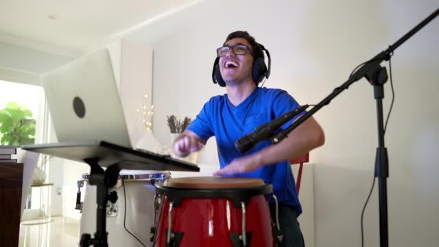 stockvideo's en b-roll-footage met intens moment tijdens online les latin percussie - drummer