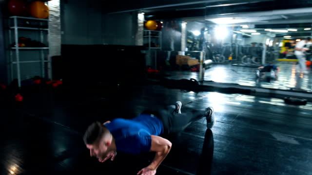 intensive push-ups - sich verschönern stock-videos und b-roll-filmmaterial