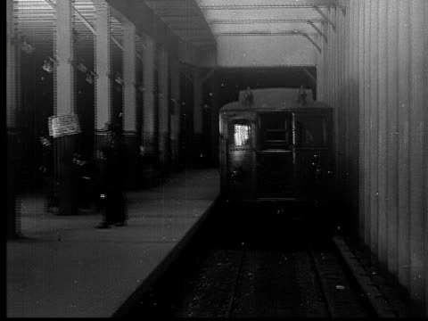 vídeos de stock, filmes e b-roll de 1905 b/w ts ws interborough subway train leaving grand central station / new york, new york, usa - edifício de transportes