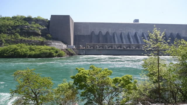 vídeos y material grabado en eventos de stock de interior and exterior clips of the ontario power sir adam back hydropower generating station along the niagara river downstream of niagara falls... - río niágara