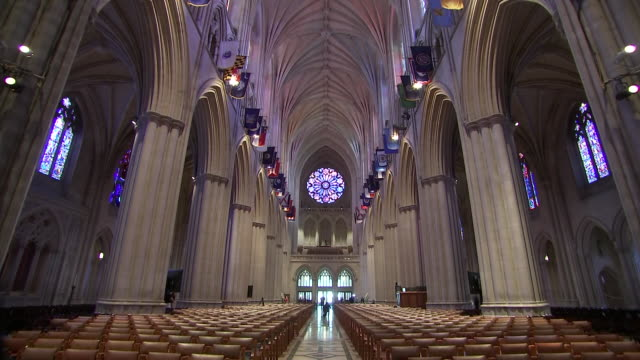 stockvideo's en b-roll-footage met interior camera tilt inside of the nave of the washington national cathedral on september 31 2018 in washington dc - religion or spirituality