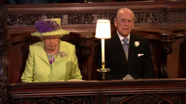 vidéos et rushes de interior close shots of the queen and prince philip seated during the wedding service of prince harry and meghan markle at st george's chapel on 19th... - prince philip
