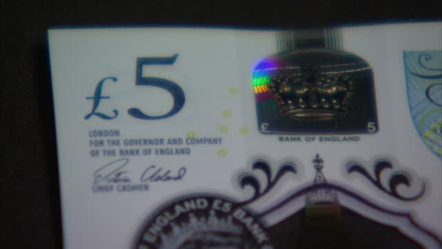 vídeos de stock, filmes e b-roll de interior close up shots of the new polymer £5 note shots of the new note next to the old 5 pound note on september 13 2016 in london england the new... - símbolo da libra esterlina