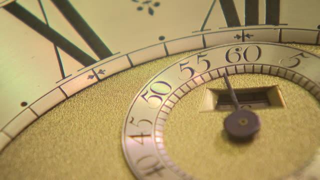 interior close-up shots of antique clocks at pendulum of mayfair antique clock store, on 7 december, 2018 in london, united kingdom. - 大時計点の映像素材/bロール