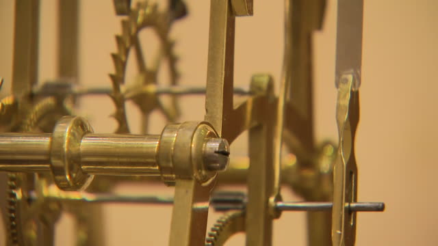 interior close-up shots of intricate clockwork inside antique clocks at pendulum of mayfair antique clock store, on 7 december, 2018 in london,... - 大時計点の映像素材/bロール