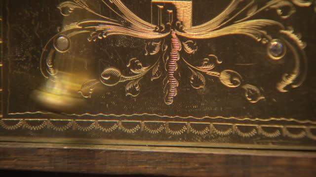 interior close-up shots of pendulums swinging inside antique grandfather clocks at pendulum of mayfair antique clock store, on 7 december, 2018 in... - 歯車の歯点の映像素材/bロール